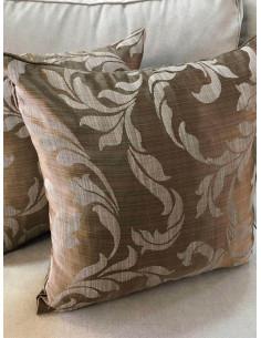 Възглавнички в златисто кафяв нюанс и светли орнаменти-1
