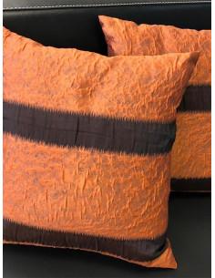 Декоративни възглавници в оранжева гама и тъмни линии-1