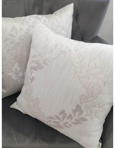 Кремави декоративни възглавници с барокови елементи-1