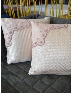 Декоративни възглавнички с бродерия в розов нюанс-1