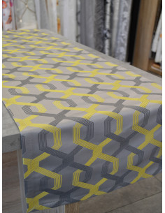 Стилен тишлайфер с преплитащи се шарки в сиво и жълто 37x190см.-1